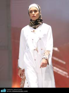 مسلمان خاتون اور حجاب - ایرانی خاتون اسلامی لباس کے فیشن شو میں - ۹