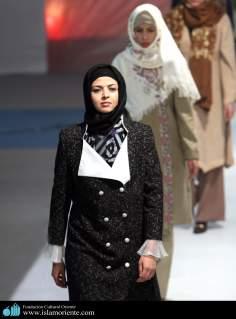 مسلمان خاتون اپنے حجاب کے ساتھ اسلامی فیشن شو میں - ۴۹
