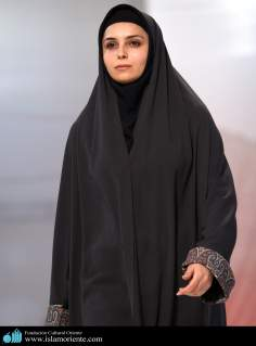 مسلمان خاتون اپنے حجاب کے ساتھ اسلامی فیشن شو میں - ۴۷