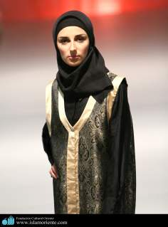مسلمان خاتون اپنے حجاب کے ساتھ اسلامی فیشن شو میں - ۴۳