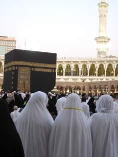 Femmes musulmanes en pleine activités religieuses auprès de la maison de Dieu à la Mècque