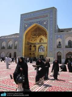 مسلمان خواتین امام رضا(ع) کے روضے پر زیارت میں مصروف اسلامی حجاب میں - ۲۰۸