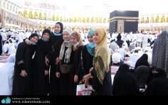 مشرقی مسلمان خواتین خانہ خدا کعبہ کے پاس اپنے اسلامی حجاب میں