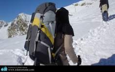 Mulher muçulmana, na escalada de uma montanha