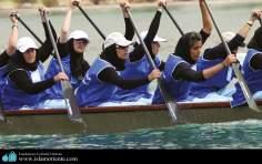 ヒジャーブをつけるイスラム教の女性のスポーツ - セーリング