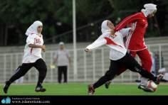 Femme musulmane et le sport - Entrainement des femmes musulmanes qui jouent au football