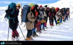 Pousando para foto, alpinistas em uma montanha