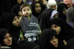 Mulher com seu pequeno filho no discurso do Imam Khomenei