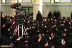 Mulher trabalha cobrindo o encontro do Aiatolá Khomenei