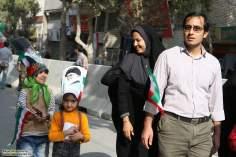 Família participa das comemorações do aniversário da revolução islâmica do Irã.