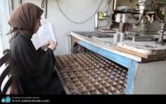Une femme musulmane en hijab dans le lieu de leur travail - 2