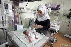 Femme musulmane dans son lieu de travail dans une pédiatrie des nouveaux nés