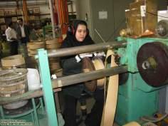 イスラム教の女性の仕事(金属旋盤カット機)