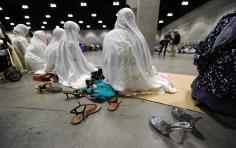 Mulheres durante a oração