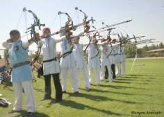 A mulher muçulmana, atletas do arco e flecha em um treino