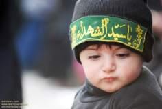 Menino particioando de cerimônia pelo martírio do  Imam Hussain (AS)