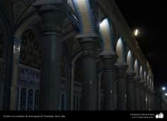 Pasillo con columnas de la mezquita de Yamkarán en la santa ciudad de Qom Qom