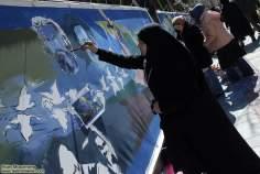مسلمان خاتون اور حجاب - ایرانی خاتون فنکاری اور مصوری میں مصروف