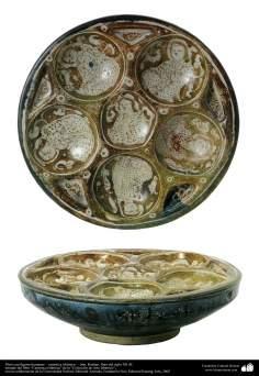 Art islamique - la poterie et la céramique islamiques ,la plaque de poterie avec le visage humain sur elle - Iran, Kashan, fin du XIIe siècle.