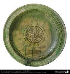 イスラム美術(カシャン市における花の形でパターン化された陶器製のお皿)(17,18世紀)- 17