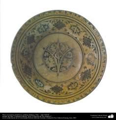 イスラム美術 - イスラム陶器やセラミックス- 対称的な形状をモチーフにしたの陶器皿 -  13世紀 -94