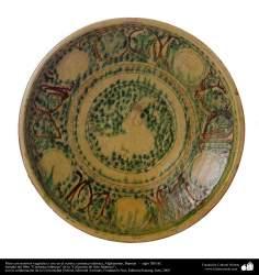 Plato con motivos vegetales y ave en el centro; cerámica islámica, Afghanistan, Bamian  –  siglo XIII dC. (56)