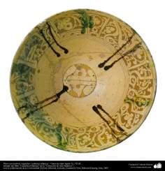 Art islamique - la poterie et la céramique islamique - Plaque de poterie avec des motifs de fleurs et de plantes  -Iran - X et XI AD
