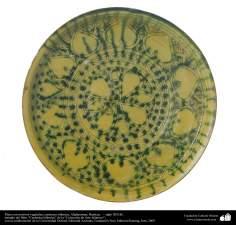 Plato con motivos vegetales; cerámica islámica, Afghanistan, Bamian,  –  siglo XIII dC. (37)