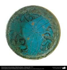 Plato hondo con motivo simétrico; Afghanistan, Bamian –  finales del siglo XII dC.