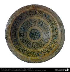 Plato hondo con motivos simétricos; cerámica islámica, Siria –  siglo XIII dC. (46)