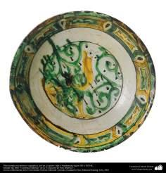 Исламское искусство - Черепица и исламская керамика - Керамическая тарелка с рисунками растений и птицы - Иран , Азербайджан - В XII и XIII вв.