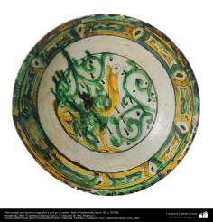 Plato hondo con motivos vegetales y ave en el centro- Irán o Azerbaiyán, siglos XII y XIII dC.