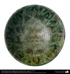 Plato hondo con motivos vegetales; cerámica islámica, Siria –  siglos XII o XIII dC. (96)