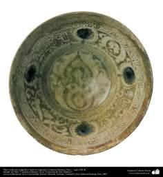 Plato verde con caligrafía y motivos vegetales; Cerámica Islámica, Siria –  siglo XIII dC. (92)