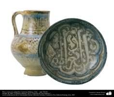 イスラム美術 - イスラム陶器やセラミックス-書道などをモチーフにした水差しとお皿 - シリア - 13世紀。