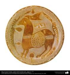 Plato con motivos ecuestres– cerámica islámica de Irak e Irán – siglos IX y X dC.