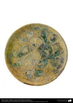 Plato con motivos vegetales– cerámica islámica de Irak –siglo IX dC.