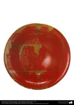 Plato hondo coloración roja y dorada– cerámica islámica de Irak –siglo IX y X dC.