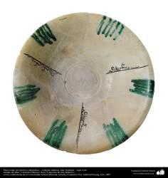 Plato hondo con motivos caligráficos – cerámica islámica, Irán, Nishapur – siglo X dC.