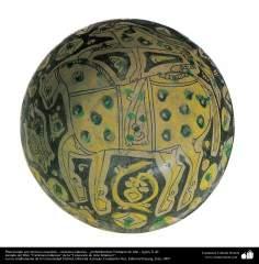 Plato hondo con motivos ecuestres– cerámica islámica – probablemente Nishapur de Irán - siglos X dC.
