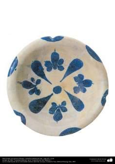 اسلامی فن - عراق سے متعلق مٹی کا پرانا پلیٹ اور اس پر نیلے پھول کی ڈیزائن - دسویں صدی عیسوی