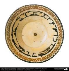 Plato hondo con motivos geométricos y caligráficos (cúfica) – cerámica islámica – Nishapur de Irán - siglos X dC.