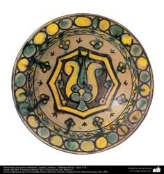 Plato hondo con motivos simétricos– cerámica islámica – Nishapur de Irán - siglos X dC.