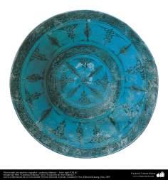 Art islamique - la poterie et la céramique islamiques - Bol de poterie bleu avec des motifs de fleurs et de plantes -Iran - XIIIe siècle.
