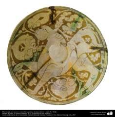Plato hondo con motivos zoomorfos- cerámica islámica de Irán - siglos X y XI dC.