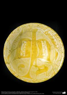 Plato hondo con motivos zoomorfos y caligrafía– cerámica islámica de Irak –siglo IX y X dC.