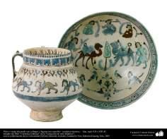 Plato y vasija decorado con esfinges y figuras con camellos– cerámica islámica –  Irán, siglo XII o XIII dC.
