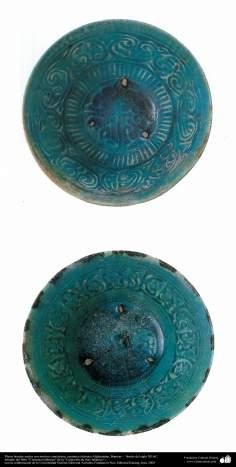 Platos hondos azules con motivos simétricos; cerámica islámica Afghanistan, Bamian –  finales del siglo XII dC. (34)