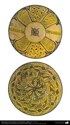 Art islamique - la poterie et la céramique islamiques - la plaque avec des motifs symétriques - Neyshabur, Iran - Xe siècle