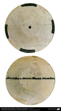 Art islamique - la poterie et la céramique islamiques ,Plaque de poterie avec des motifs - Neyshabur, Iran - Xe siècle